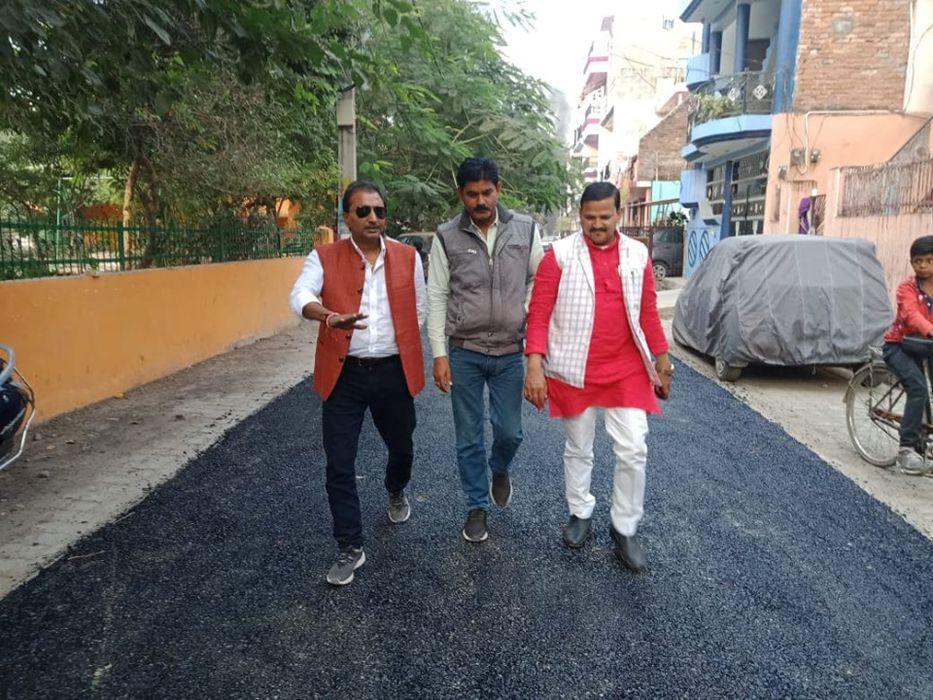 -राजाजीपुरम परिक्षेत्र के कुंवर ज्योति प्रसाद वार्ड से पार्षद शिवपाल सावरिया ने अपने वार्ड में सड़क न