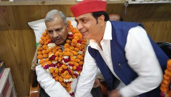 रामलखन गौतम - पूर्व प्रत्याशी रामलखन गौतम एवं अन्य सपा कार्यकर्ताओं द्वारा किया गया प्रदेश अध्यक्ष नरेश उत्तम का भव्य स्वागत