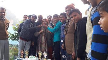 बच्चों के साथ केक काटकर और उन्हें पुरस्कृत कर मनाया नववर्ष