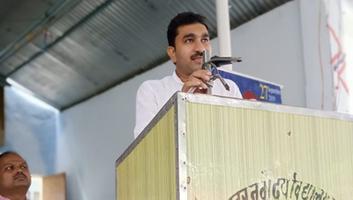 राजीव द्विवेदी - राजीव गांधी सामान्य ज्ञान प्रोतियोगिता के पुरस्कार वितरण समारोह में कांग्रेसीजनों के साथ शिरकत