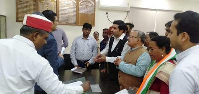 डेंगू की समस्या से निजात पाने के लिए जिलाधिकारी कानपुर नगर निगम को ज्ञापन सौंपा गया