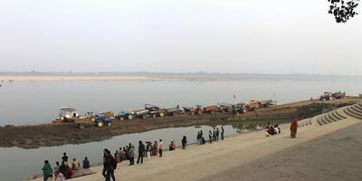 गंगा नदी और गीता – गंगा कहती है – अज्ञानी मनुष्य ही मूर्खतावश नदियों में अवजल प्रवाहित करता है. अध्याय 18, श्लोक 25 (गीता : 25)
