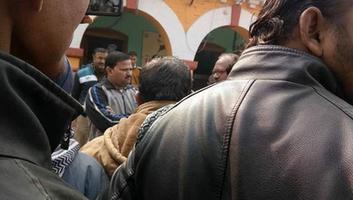 सआदतगंज वार्ड, पुलिस थाने के अंतर्गत कर्मचारी से मार-पीट को लेकर विरोध प्रदर्शन