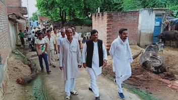 सर्वेश अंबेडकर – सुमेरपुर ब्लॉक के छानी सेक्टर में समाजवादी उम्मीदवार को विजयी बनाने के लिए डोर टू डोर कैंपेन