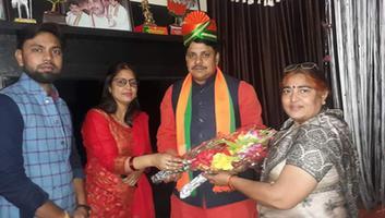 ज्योतिष्ना कटियार - कानपुर देहात के नवनियुक्त जिलाध्यक्ष श्री अविनाश सिंह चौहान को दी बधाई