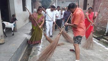 ज्योतिष्ना कटियार – नगर विकास प्रभारी मंत्री द्वारा लोहिया नगर के धरऊ गांव में स्वच्छता की अपील