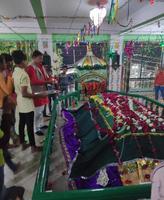 सआदतगंज के स्थानीय पार्षद मोनू कनौजिया ने मजार में चढ़ाई फूलों की चादर