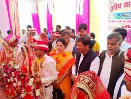 सामूहिक विवाह समारोह में नवविवाहित जोड़ों को समाजवादी पार्टी की ओर से मंगलकामनाएं अर्पित