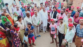 सर्वेश अंबेडकर – डोर टू डोर जनसंपर्क अभियान में हमीरपुर के सुमेरपुर ब्लॉक पहुंचे समाजवादी कार्यकर्ता