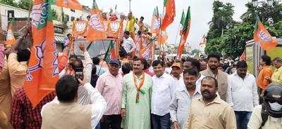 भाजपा प्रत्याशी सुरेश तिवारी की नामांकन प्रक्रिया में उमड़ी कार्यकर्ताओं की भीड़