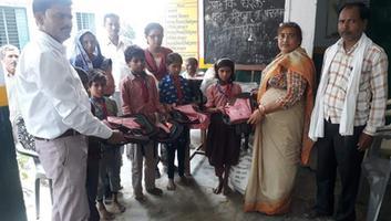 ज्योतिष्ना कटियार - प्राथमिक स्कूल के विद्यार्थियों को यूनिफार्म का किया गया वितरण