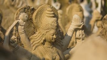 गंगा नदी - दुर्गा माँ की मूर्ति का गंगा-प्रवाह, आदि शक्तिरूपा के हृदयस्थल में रोपण का विसर्जन, भारत की महान धर्म-परायणता क्यों?
