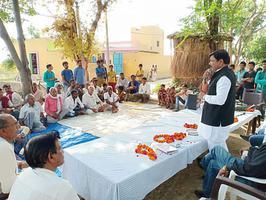 मैनपुरी में ग्राम पुसैना के प्रधान के परिवार को सांत्वना देने पहुंचे सर्वेश अंबेडकर