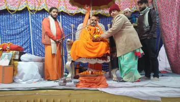 ज्योतिष्ना कटियार - यज्ञ कार्यक्रम में गुरुजन को पुष्पगुच्छ भेंट कर किया स्वागत-सत्कार