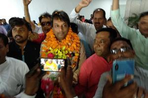 एयरपोर्ट पर एनडीए की जीत का जश्न