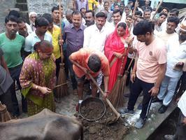 धरऊ गांव में झाड़ू लगाकर दिया समाज को स्वच्छता का संदेश