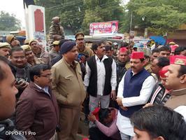 नागरिकता संशोधन बिल को लेकर फर्रुखाबाद में धरने पर बैठे सपा नेता