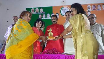 ज्योतिष्ना कटियार – नगर विकास मंत्री महेश चंद्र गुप्ता के प्रथम आगमन पर प्रतीक चिन्ह देकर किया गया स्वागत