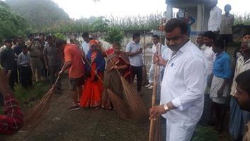 ज्योतिष्ना कटियार – नगर विकास प्रभारी मंत्री द्वारा बाढ़ापुर गांव में चलाई गयी स्वच्छता की मुहिम