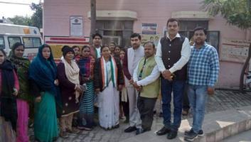 राजीव द्विवेदी - प्रियंका गाँधी के 48वें जन्मदिन पर कल्यानपुर विधानसभा में मरीजों को वितरित किये फल व बिस्कुट