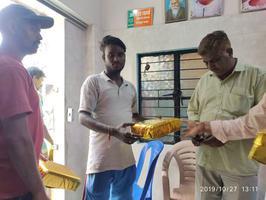 सफाई कर्मचारियों को दीपावली पर स्थानीय पार्षद से मिले तोहफे