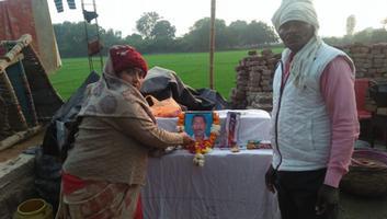 ज्योतिष्ना कटियार – अकबरपुर नगर पंचायत के विभिन्न स्थानों पर दिवंगतों के पारिवारिकजनों को बंधाया धैर्य