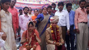 ज्योतिष्ना कटियार – सामूहिक विवाह सम्मेलन में हिस्सा लेकर नवदंपतियों को दिया आशीष