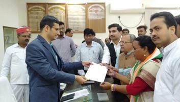 राजीव द्विवेदी - डेंगू से लखनऊ में हो रही मौतों के विरोध में जिलाधिकारी कानपुर नगर निगम को सौंपा ज्ञापन
