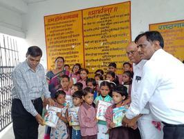 आई एवं जी ब्लॉक प्राइमरी विद्यालय, गुजैनी में छात्रों को बांटी गयी शिक्षण सामग्री