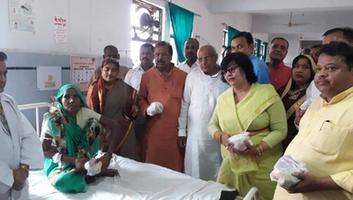 ज्योतिष्ना कटियार – अनोखे रूप में मनाया गया हिंदी दिवस, अस्पताल परिसर में वितरित किये गए फल एवं दिया गया स्वच्छता का संदेश