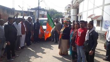 ज्योतिष्ना कटियार - कानपुर में आयोजित जनसभा में मुख्यमंत्री का स्थल पर पहुँचने से पूर्व किया स्वागत