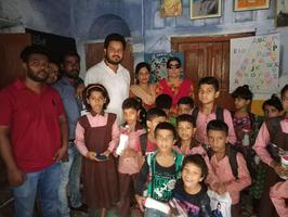 लश्करी रकाबगंज स्थित प्राथमिक विद्यालय में वितरित की गयी ड्रेस एवं पानी की बोतलें