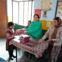 उत्तरप्रदेश सरकार की योजना के अंतर्गत बच्चों को गरम स्वेटर का किया गया वितरण