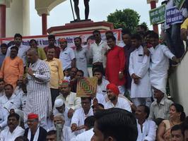 राम लखन गौतम द्वारा बिजली दरों में वृद्धि के खिलाफ धरना प्रदर्शन