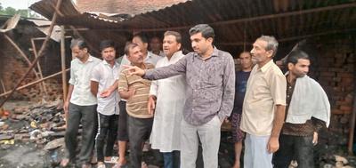 कल्याणपुर बाजार में लगी आग के बाद मौके का जायजा लेने कमेटी के साथ पहुंचे राजीव द्विवेदी