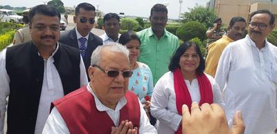 लखनऊ एयरपोर्ट पर राज्यपाल कलराज मिश्र जी का स्वागत