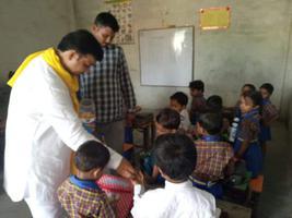 राम लखन गौतम जी ने किया अरौल मकनपुर रोड पर स्थित स्कूल का दौरा