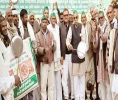 प्रधानमंत्री के मन की बात के विरोध में भाकियू कार्यकर्ताओं ने बजाई थाली