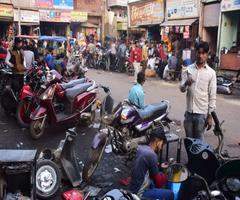 अलीगढ़ के इस बाजार में होता है वाहनाें का उपचार